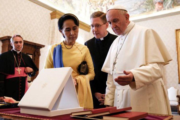 Pemimpin Myanmar Aung San Suu Kyi bertemu Paus Fransiskus di Vatikan City, Kamis (4/5/2017).