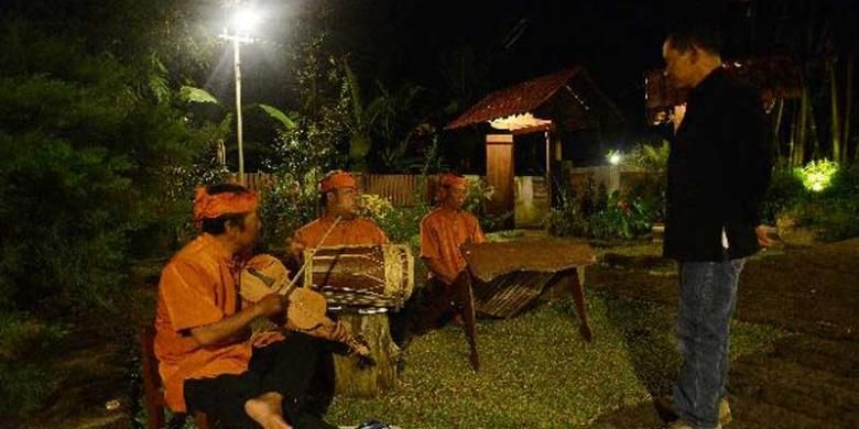 Warga memainkan kesenian Angklung Paglak di Sanggar Genjah Arum, Desa Kemiren, Glagah, Banyuwangi, Jawa Timur, Selasa (1/10/2013). Kesenian tersebut pada mulanya digunakan untuk mengundang tetangga saat panen padi.