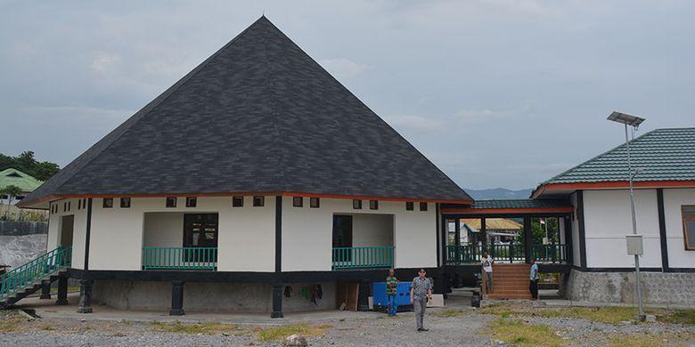 Gedung sentra IKM Rana Tonjong di Kampung Golokarot, Kelurahan Ranaloba, Kecamatan Borong, Kabupaten Manggarai Timur, Flores, NTT, Kamis (7/2/2019) sebagai pusat perajin kain tenun sulam di kabupaten tersebut.