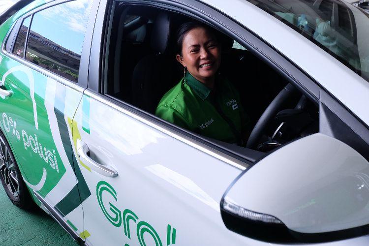 Ani Rahayu, pengemudi perempuan pertama GrabCar Elektrik saat ditemui di Gate 2 Terminal 3 Bandara Soekarno Hatta.