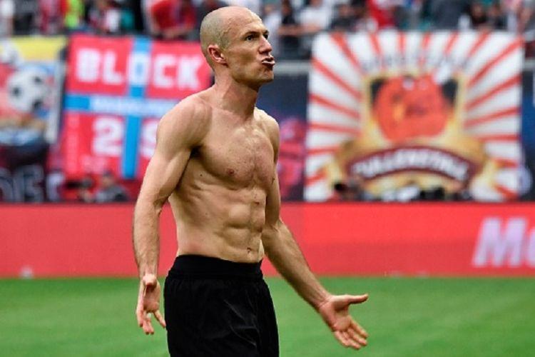 Arjen Robben merayakan gol kemenangan Bayern Muenchen atas RB Leipzig pada pertandingan Bundesliga 1, Sabtu (13/5/2017).