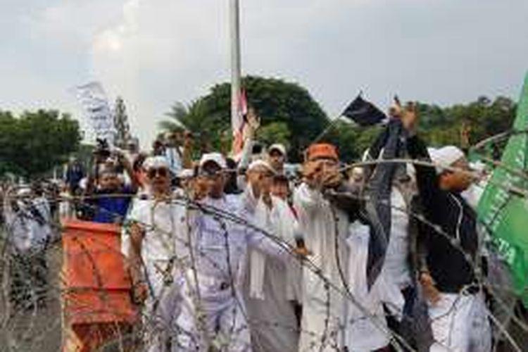 Massa anti Partai Komunis Indonesia (PKI) sempat mendorong kawat duri yang menghadang aksi demonstrasi di depan Istana Merdeka, Jakarta, Jumat (3/6/2016).