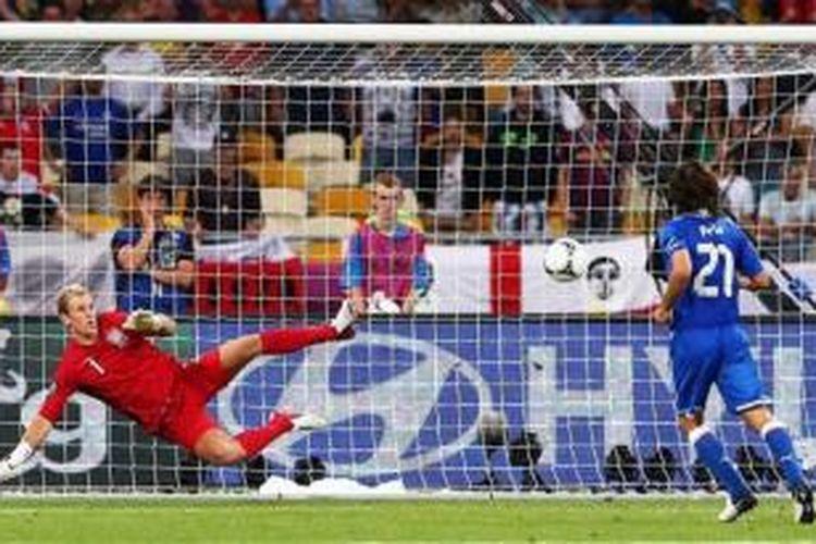 Penalti gelandang Italia Andrea Pirlo yang total mengecoh kiper Inggris Joe Hart dalam laga perempat final Euro 2012 di Stadion Olimpiade Kyiv, Minggu (24/6/2012). Italia menang 4-2 atas Inggris.
