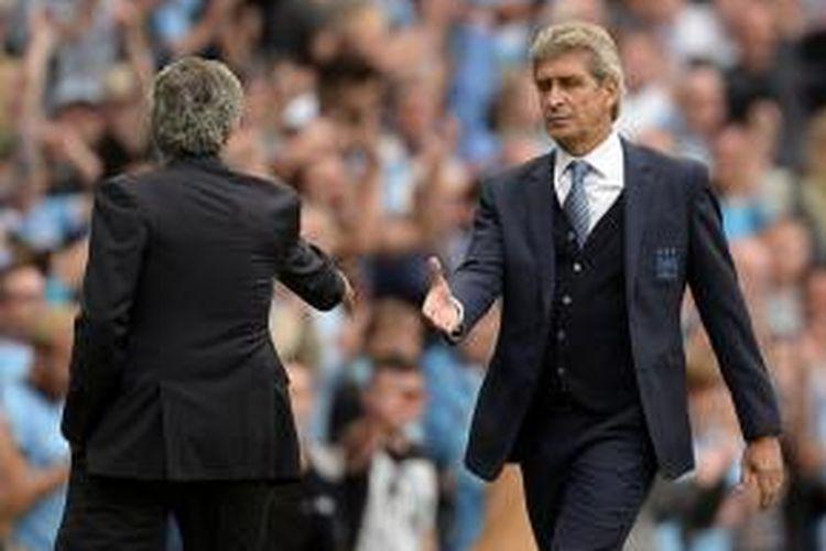 Manuel Pellegrini menyalami Jose Mourinho seusai Manchester City menang 3-0 di Stadion Etihad pada 16 Agustus 2015.