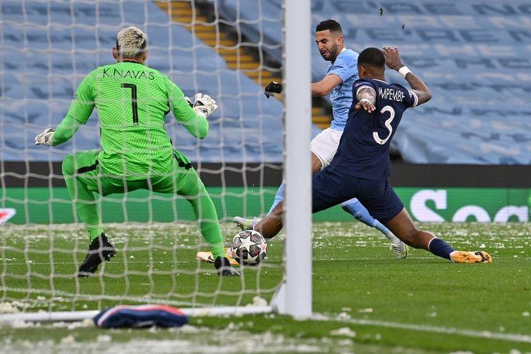 Penyerang Manchester City, Riyad Mahrez, mencetak gol pembuka pada laga leg kedua semifinal Liga Champions kontra Paris Saint-Germain di Stadion Etihad, Manchester, pada 4 Mei 2021.