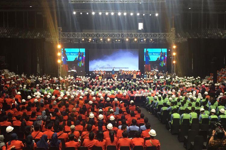 Sekitar 6.000 tenaga kerja terampil dan ahli menerima sertifikat keahlian yang akan diberikan Presiden Joko Widodo di Istora Senayan, Jakarta, Selasa (12/3/2019). Mereka merupakan perwakilan 16.000 tenaga kerja dari Jakarta, Jawa Barat dan Banten yang menerima sertifikat keahlian pada hari ini.