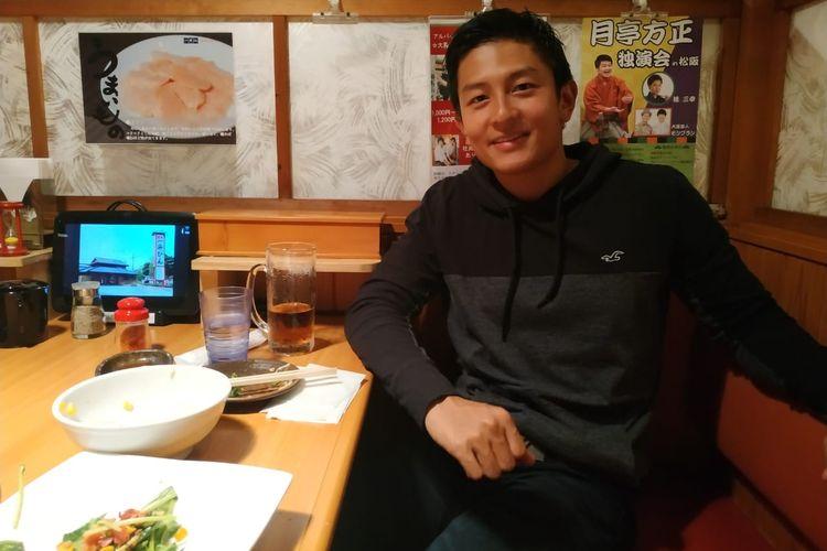 Pebalap Indonesia, Rio Haryanto, usai makan malam di sebuah restoran di Suzuka, Jepang, Kamis (20/6/2019).