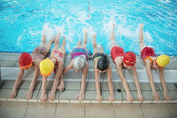 Ilustrasi anak belajar berenang