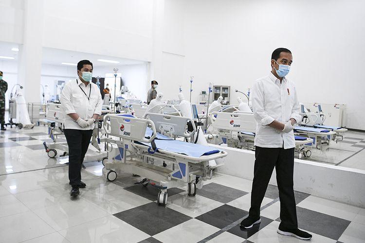 Presiden Joko Widodo (kedua kiri) didampingi Menteri BUMN Erick Thohir (ketiga kiri) berada di ruang IGD saat meninjau Rumah Sakit Darurat Penanganan COVID-19 Wisma Atlet Kemayoran, Jakarta, Senin (23/3/2020). Presiden Joko Widodo memastikan Rumah Sakit Darurat Penanganan COVID-19 Wisma Atlet Kemayoran siap digunakan untuk menangani 3.000 pasien.