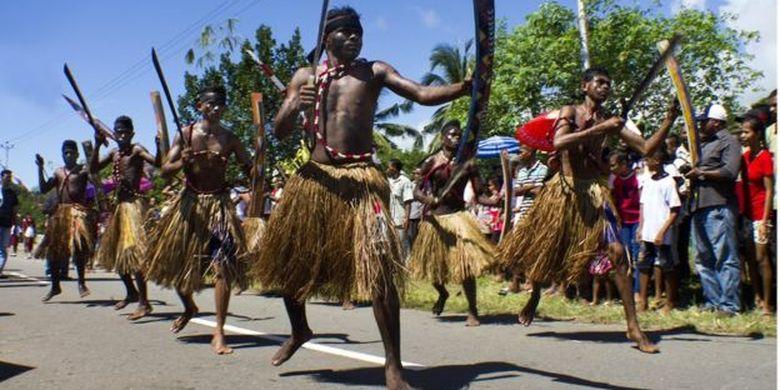 Sekelompok pemuda Maluku memperagakan tarian Cakalele. Tarian yang sama dilakoni Martha Christina Tiahahu saat melakukan perlawanan terhadap penjajah Belanda.