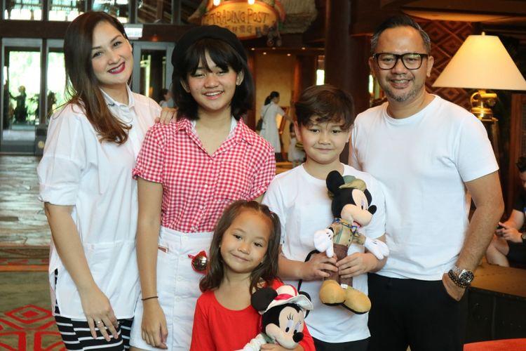 Mona Ratuliu dan keluarga saat berlibur di Hong Kong Disneyland Resort Disney Explorers Lodge, Hong Kong (14/10/2017).