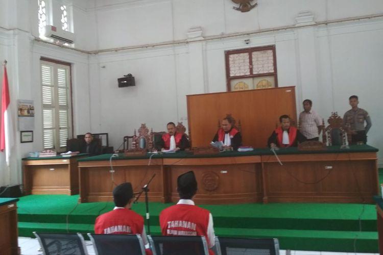 Dua begal sadis pemotong tangan Aco alias Pengkong (kanan) dan Firman alias Emmang (kiri) saat divonis 18 tahun kurungan penjara oleh hakim PN Makassar, Selasa (2/4/2019).