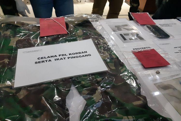 Barang bukti kasus penusukan Serda Saputra di tampilkan dalam konferensi pers di Puspomal TNI AL, Jalan Boulevard Gading Raya Nomor 2, Kelapa Gading, Jakarta Utara, Kamis (2/7/2020)