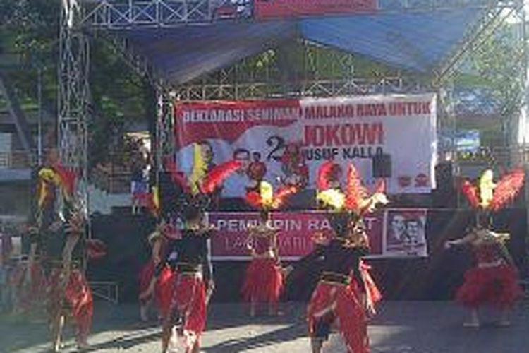Tarian saat belasan seniman deklarasi untuk Jokowi-JK di Malang Malang, Jawa Timur, Minggu (29/6/2014).