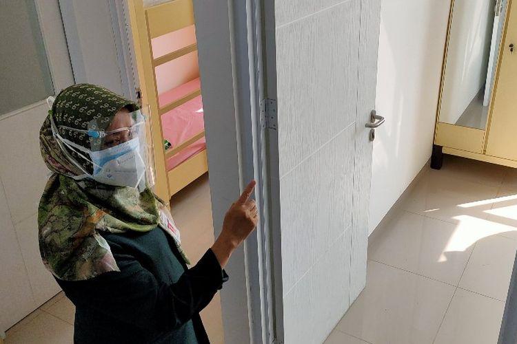 Kepala Dinas Kesehatan Kota Tegal dr. Sri Prima Indraswari menunjukan ruang isolasi mandiri di Rusunawa Tegalsari, usai diluncurkan Wali Kota Tegal Dedy Yon, Senin (23/11/2020)