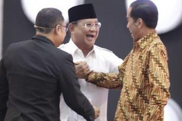 Calon Presiden nomor urut 1 Prabowo Subianto dan nomor urut 2 Joko Widodo bersalaman usai debat capres 2014 putaran ketiga, di Hotel Holiday Inn, Kemayoran, Jakarta, Minggu (22/6/2014). Debat capres kali ini mengangkat tema 'Politik Internasional dan Ketahanan Nasional'.