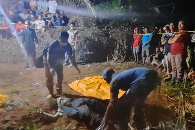 Petugas kepolisian dan puskesmas mengevakuasi jasad Suryati (30) yang ditemukan di dalam kebun sawit di Desa Pauh Ranap, Kecamatan Peranap, Kabupaten Inhu, Riau, Sabtu (24/4/2021).