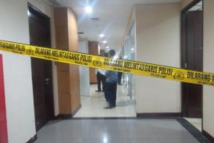 Garis polisi yang dipasang di lantai satu Gedung DPRD DKI Jakarta, lokasi yang menjadi kesekretariat Komisi E. Pemasangan garis polisi bersamaan dengan penggeledahan yang dilakukan polisi di lokasi tersebut, Senin (27/4/2015)