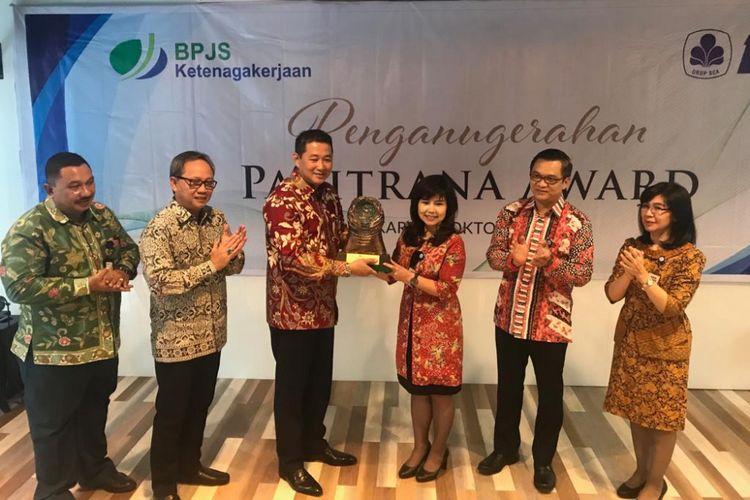 Pemberian penghargaan Paritrana 2018 kepada BCA oleh BPJS Ketenagakerjaan di Jakarta, Senin (8/10/2018).