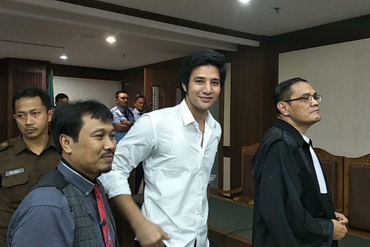 Ammar Zoni usai sidang putusan kasus penyalahgunaan narkoba yang menjeratnya di Pengadilan Negeri Jakarta Pusat, Kamis (23/11/2017).