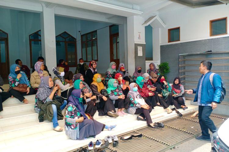 Para guru bantu yang menuntut gaji mereka saat menunggu di kantor Dinas Pendidikan sebelum menuju kantor Bupati Garut, Senin (9/11/2020)
