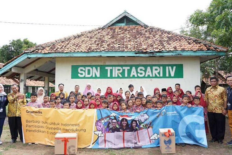 Gramedia World Karawang mendonasikan buku kepada siswa SDN Tirtasari IV, Karawang, sebagai komitmen mendukung pendidikan Indonesia, Kamis (5/3/2020).