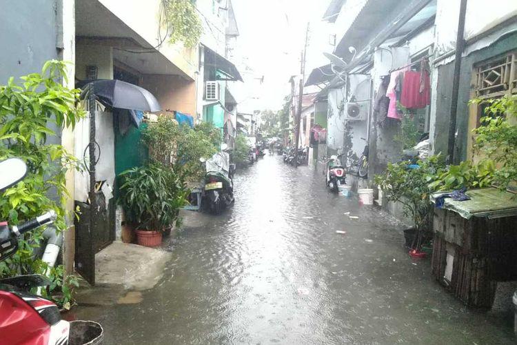 Banjir mulai menggenangi wilayah Pademangan Timur VII, Jakarta Utara, Jumat (24/1/2020)