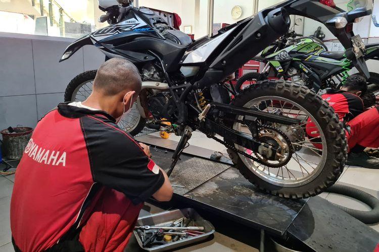 Ilustrasi servis sepeda motor