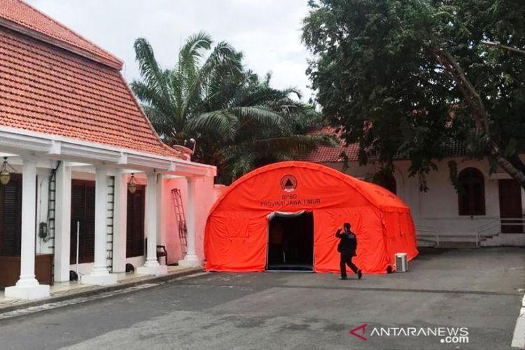 Posko Penanganan dan Penanggulangan COVID-19 Provinsi Jawa Timur yang didirikan di Gedung Negara Grahadi di Jalan Gubernur Suryo Surabaya, Rabu (18/03/2020).