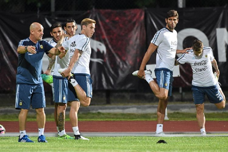 Pelatih Jorge Sampaoli memimpin latihan Argentina di Bishan jelang laga persahabatan kontra Singapura, Minggu (11/6/2017)/