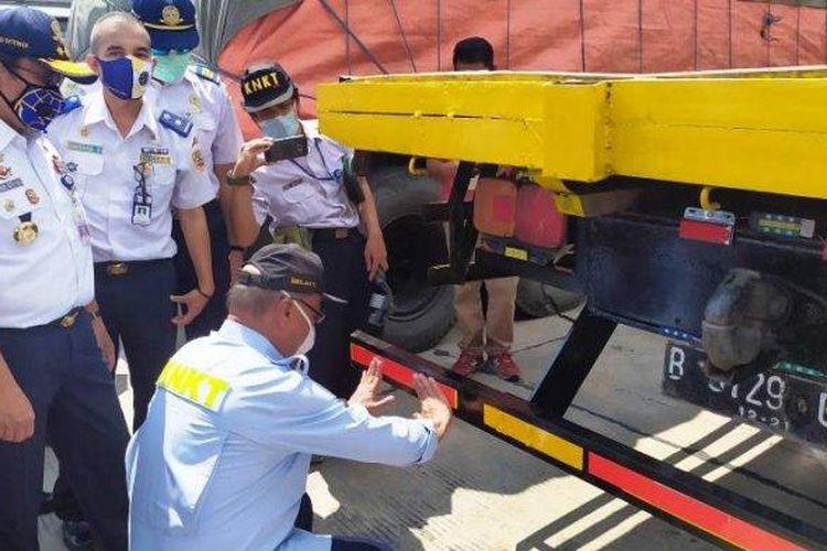 Pemasangan stiker pemantul cahaya pada perangkat RUP truk