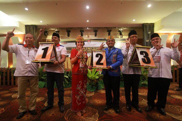 Tiga pasang calon peserta Pilkada Kalbar berfoto bersama sambil membawa nomor urut masing-masing seusai pleno terbuka yang diselenggarakan KPU Kalbar di Hotel Aston, Pontianak (13/2/2018).