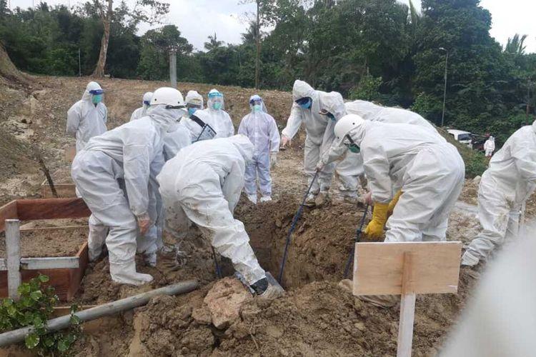 Tim relawan dari PMI Provinsi Maluku memakamkan seorang pasien positif Covid yang dinyatakan meninggal dunia di RSUD dr Haulussy Ambon Rabu (5/8/2020)