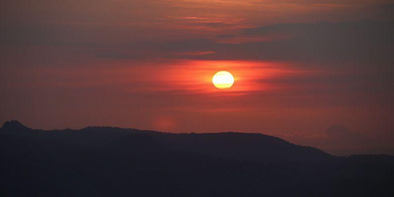 Matahari tenggelam dilihat dari Puncak Joglo, Wonogiri
