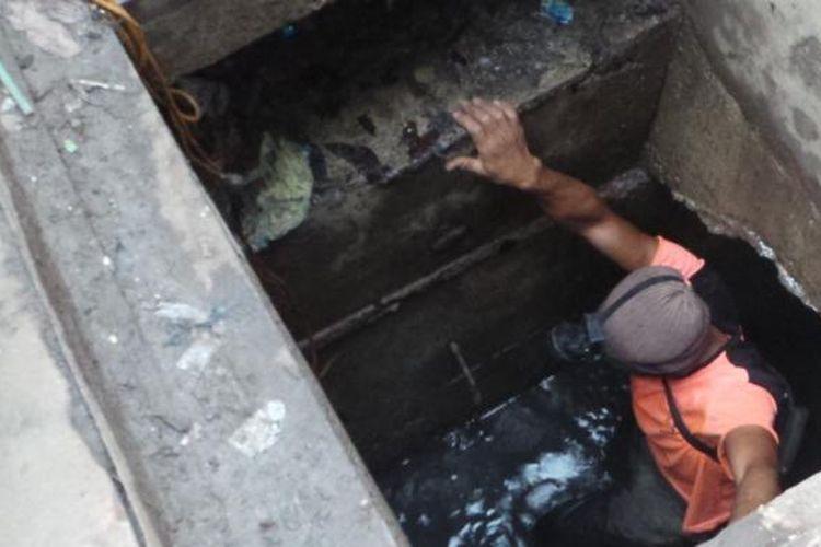Pekerja Harian Lepas (PHL) Suku Dinas Tata Air Jakarta Pusat terlihat masuk ke dalam gorong-gorong. Hal itu dilakukan dalam rangka pencarian barang bukti terkait temuan bungkus kabel di gorong-gorong Jalan Medan Merdeka Selatan. Foto diambil Sabtu (5/3/2016).