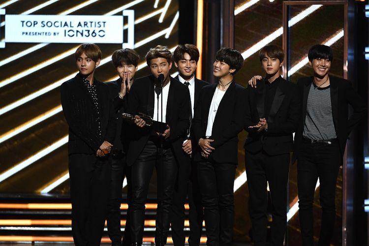 Boyband asal Korea BTS atau Bangtan Boys menerima penghargaan Top Social Artist di panggung Billboard Music Awards 2017 yang digelar di T-Mobile Arena, Las Vegas, Nevada, Minggu (21/5/2017).