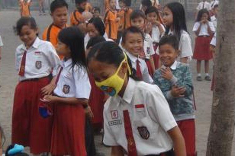 Meski kabut asap menyelimuti sekolah, namun kondisi itu tidak menghalangi siswa SD 2 Indralaya Utara, Ogan Ilir, Sumatera Selatan untuk tetap pergi ke sekolah.