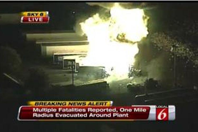 Gambar dari tayangan televisi ini menampilkan ledakan besar yang terjadi di sebuah perusahaan distributor LPG di kota Tavares, Florida, AS. Belum diketahui adanya korban manusia.