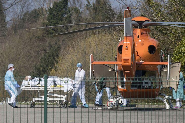 Staf medis mendorong pasien di brankar menuju helikopter di Rumah Sakit Emile Muller Mulhouse, timur Perancis, untuk dievakuasi ke fasilitas medis lain pada 19 Maret 2020 di tengah penyebaran virus corona.