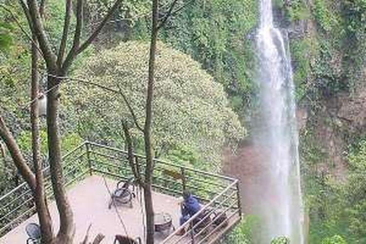 Pengunjung mengamati keindahan Curug Cimahi dari menara pandang, Selasa (26/1/2016). Curug Cimahi adalah salah satu destinasi wisata di Kabupaten Bandung Barat, Jawa Barat, yang dikelola Perum Perhutani.