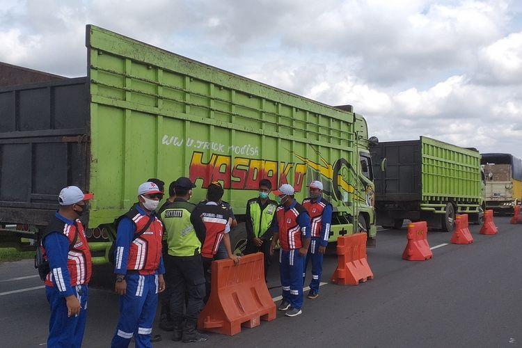 Petugas tol Pekanbaru-Dumai bersama Dinas Perhubungan dan kepolisian menindak truk ODOL di Gerbang Tol Pinggir, Kabupaten Bengkalis, Riau, Rabu (27/1/2021).