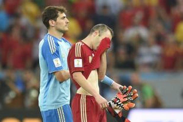 Gelandang Spanyol, Andres Iniesta dan Iker Casillas seusai pertandingan melawan Cile pada lanjutan Grup B Piala Dunia 2014 di Stadion Maracana, Rabu atau Kamis (19/6/2014) dini hari WIB. Spanyol takluk 0-2 dari Cile.