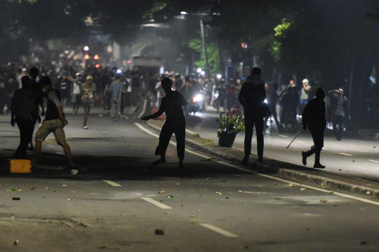 Massa melakukan perlawanan ke arah petugas di depan kantor Bawaslu di kawasan Thamrin, Jakarta, Selasa (21/5/2019).