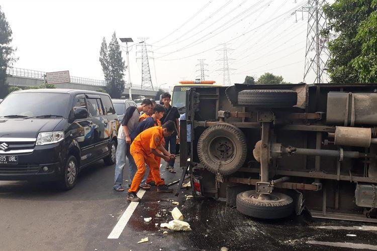 Sebuah truk terguling di Tol Jagorawi KM 0+800, Cawang, Jakarta Timur, Selasa (9/7/2019).