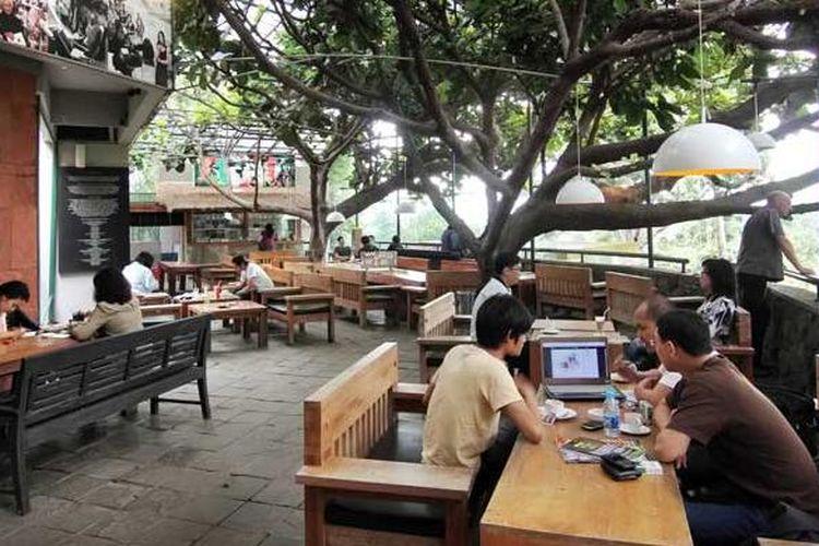 Suasana di kedai kopi Selasar Sunaryo
