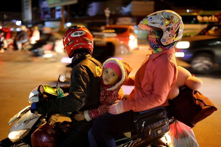 Pemudik bersepeda motor melintasi Jalur Pantura Indramayu - Cirebon, Jawa Barat, Jumat (23/6/2017). Pada H-2 Lebaran, jalur Pantura dipadati kendaraan pemudik khususnya kendaraan roda dua.
