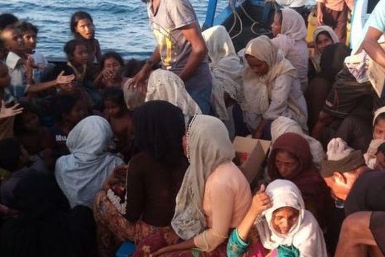 Keberadaan kapal yang membawa warga Rohingya itu diketahui oleh tiga orang nelayan asal Kecamatan Senuddon, Kabupaten Aceh Utara, yang kapal motornya kebetulan sedang melintas di sekitar lokasi.