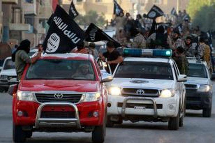 Kelompok ISIS menggelar konvoi dengan menumpangi mobil Toyota.