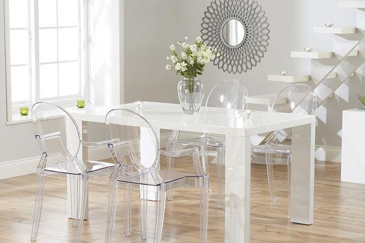 Kursi transparan di ruang makan.