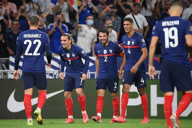 Penyerang Perancis Antoine Griezmann (kedua) merayakan gol dengan rekan satu timnya pada pertandingan Kualifikasi Piala Dunia Qatar 2022 Grup D antara Perancis vs Finlandia di Stadion Groupama di Decines-Charpieu, Lyon, Perancis pada 7 September, 2021.
